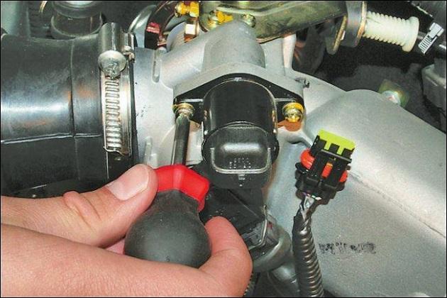 В карбюраторных моторах электромагнитный клапан