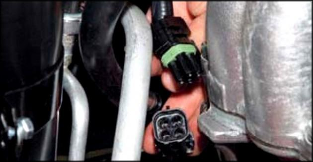отсоединить фишку от колодки с проводами