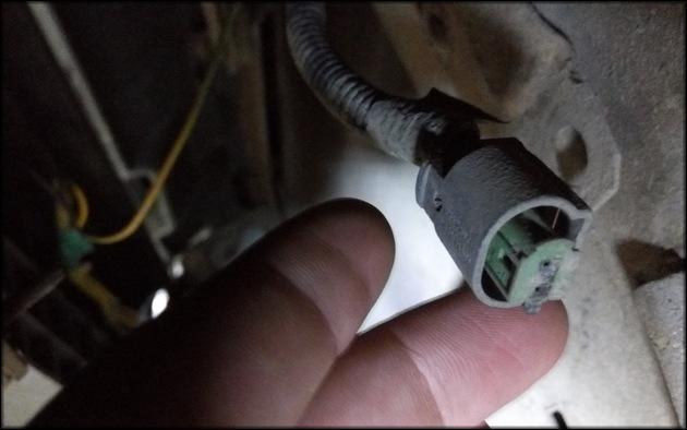 просушить контакты и подсоединять устройство к автомобилю
