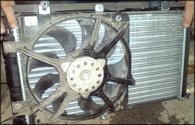 Вентилятор закреплён на радиаторе