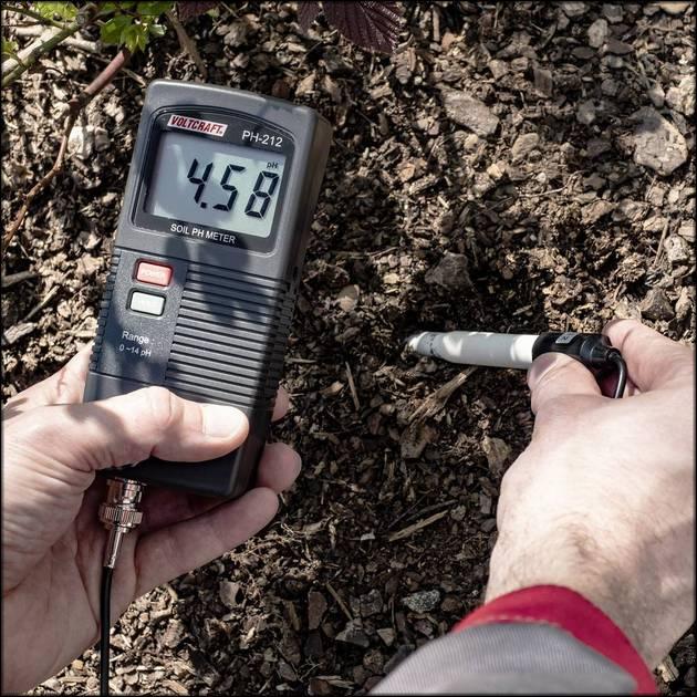 Замер кислотности почвы pH-метр