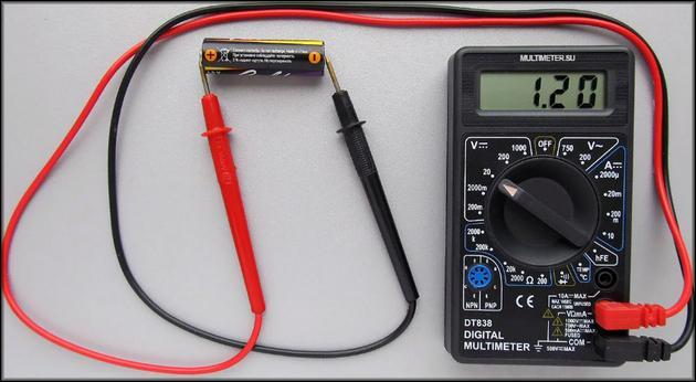 Мультиметр позволяет проверить напряжение, силу тока и сопротивление