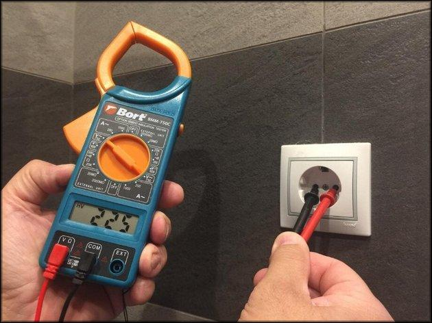 Измерение напряжения в розетке мультиметром