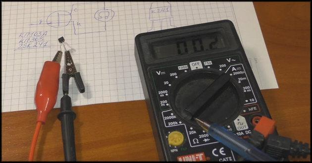 Зажимы мультиметра крепятся на электродах транзистора