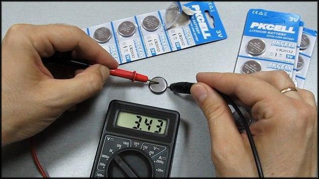 Проверка батареек таблетка мультиметром