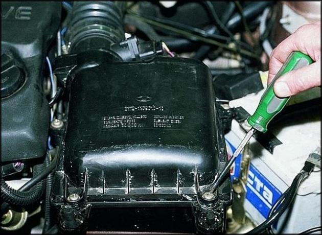 Демонтаж воздушного фильтра