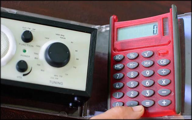 Приемник и калькулятор крепятся на створках коробки