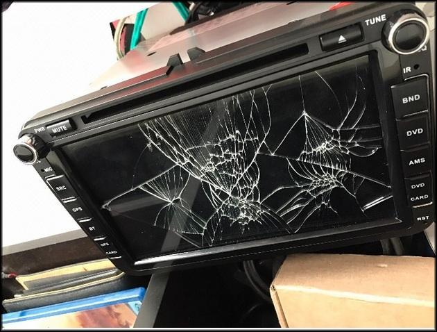Разбитый экран в автомобиле